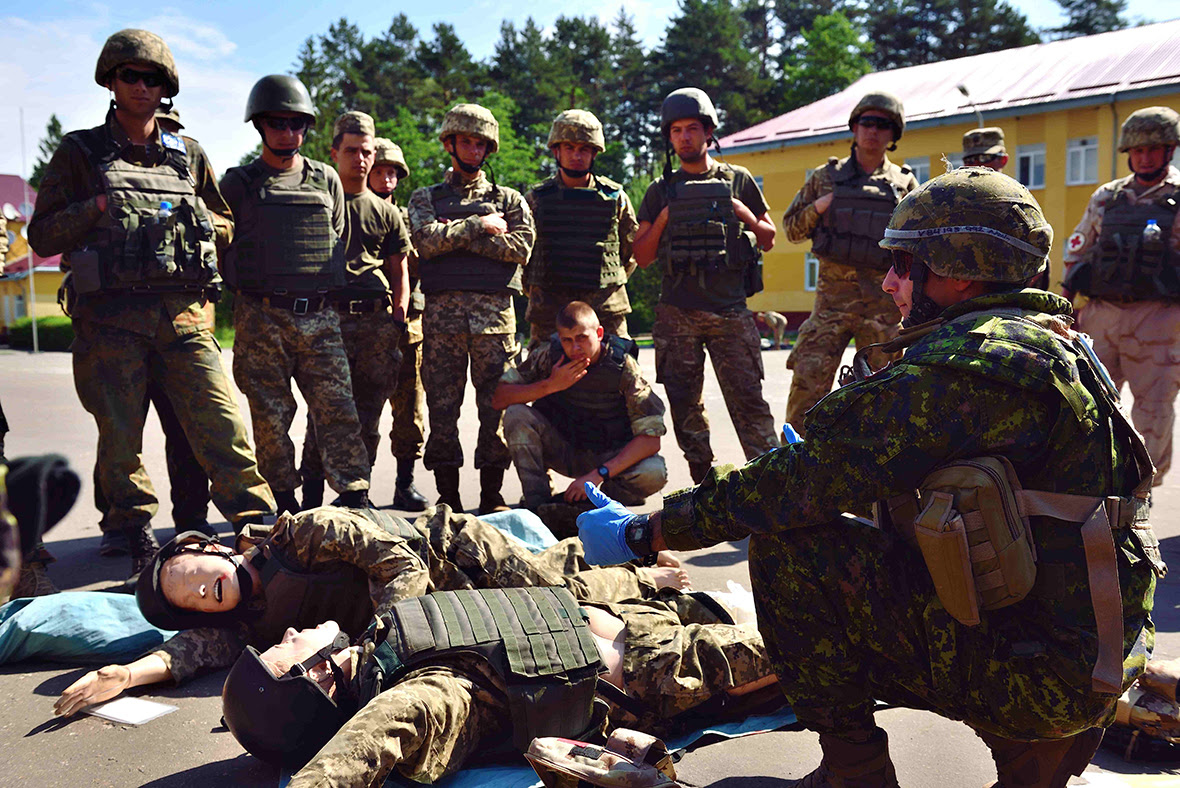 Starychi, Ukraine. A Canadian Armed Forces medical technician gives a demonstration to the students for the Advanced Combat First Aid Course in Starychi, Ukraine. For the first time, instructors from the Training Center are participating in the course along with the best candidates from the 72nd Brigade which is currently undertaking the 55 day training block. (Photo: Capt J.P. Coulombe, PAO JTF-U)