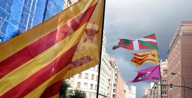 Manifestantes en Bilbao con banderas catalana y vascas, durante la marcha convocada por Gure Esku Dago. REUTERS/Vincent West