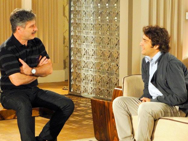 Otto faz proposta difícil para Elano (Foto: Cheias de Charme / TV Globo)