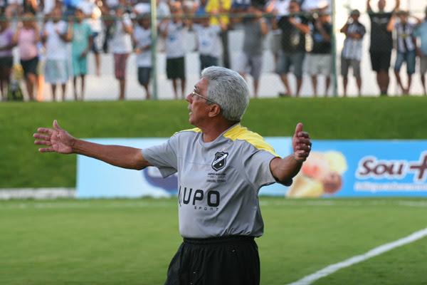De contrato renovado, Givanildo fala em trabalho para o jogo
