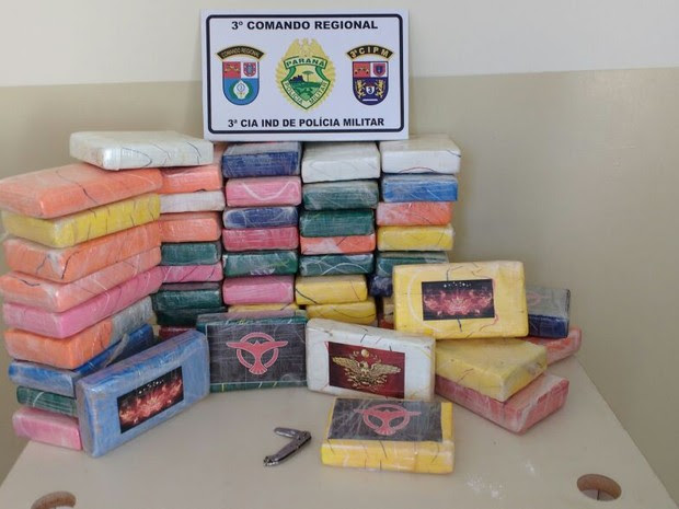 Tabletes de cocaína foram abandonados após queda de avião em Querência do Norte, neste sábado (14) (Foto: Polícia Militar/Divulgação)