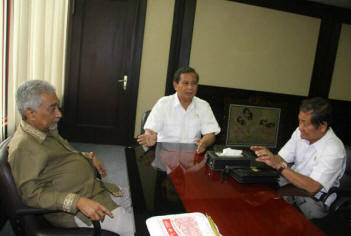 Alkatiri (left) meets with Prabowo (right)