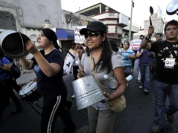 También, hicieron un llamado a la ciudadanía a que se unan al cacerolazo de las 09:00 horas a las 10:00 horas en todas las plazas públicas del país. Foto: EFE en español