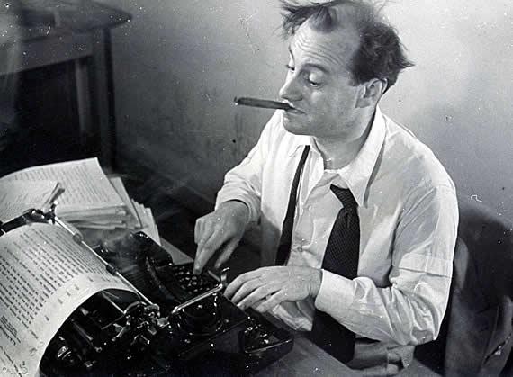 Wolf Schmidt an der Schreibmaschine