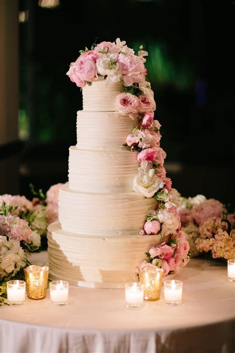 10 Wedding Cakes with Fresh Flowers   Inside Weddings