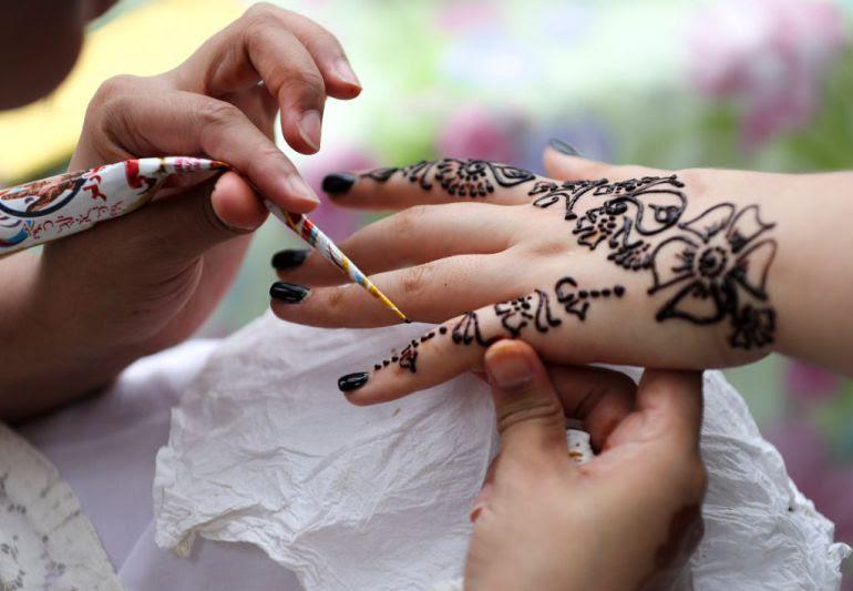 Tatuaje Hena Egipto Niña Quemaduras Piel Niña Se Hace Tatuaje
