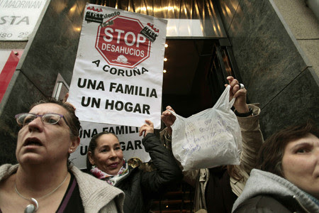 Manifestación en apoyo a la anciana amenazada de desahucio, el martes en A Coruña.
