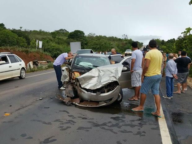 Ultrapassagem perigosa pode ter ocasionado choque entre carros (Foto: Divulgação/ BRPM)