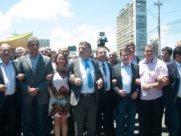 Prefeitos marcham da Alepe ao Palácio do Campo das Princesas (Foto: Aldo Carneiro/Pernambuco Press)