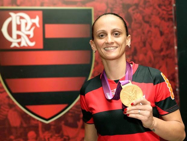 Fabi no Flamengo com a medalha olímpica (Foto: Fernando Azevedo / Fla Imagem)
