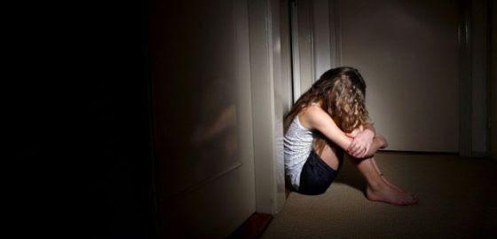 Escenificación de una menor que sufre abusos