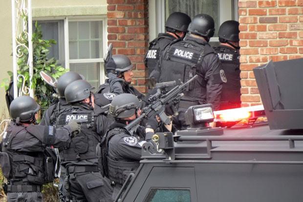 Equipe de policiais do condado de Nassau entra na casa de jovem, baseada em uma ligação alertando sobre um jovem armado. O rapaz, de 17 anos, havia sido vítima de um trote, conhecido como 'swatting' (Foto: Newsday, Jim Staubitser/AP)