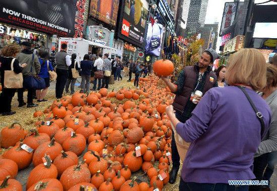 """Hình ảnh """"Con đường bí ngô"""" vàng rực cho Halloween ở Times Square, New York số 1"""