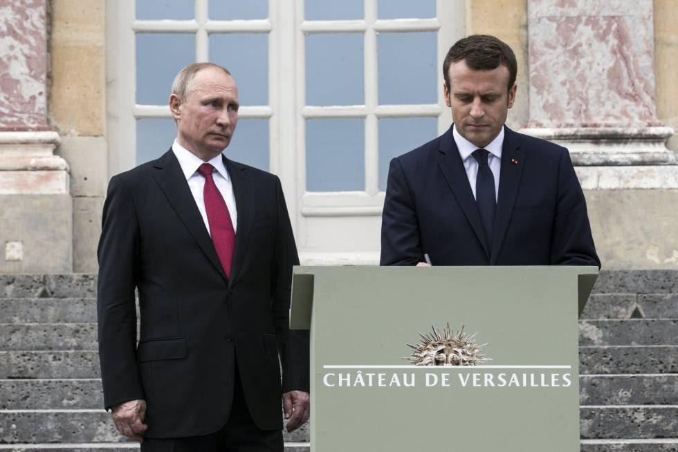 Emmanuel Macron (d) y su homólogo de Rusia Vladimir Putin (i) el pasado  29 de mayo.rn