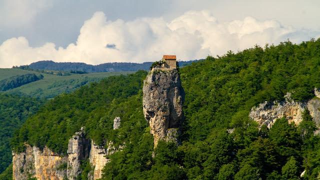 Pilar Katskhi yakni monolit watu kapur yang menjuulang setinggi  Biara di Puncak Monolit Batu Kapur
