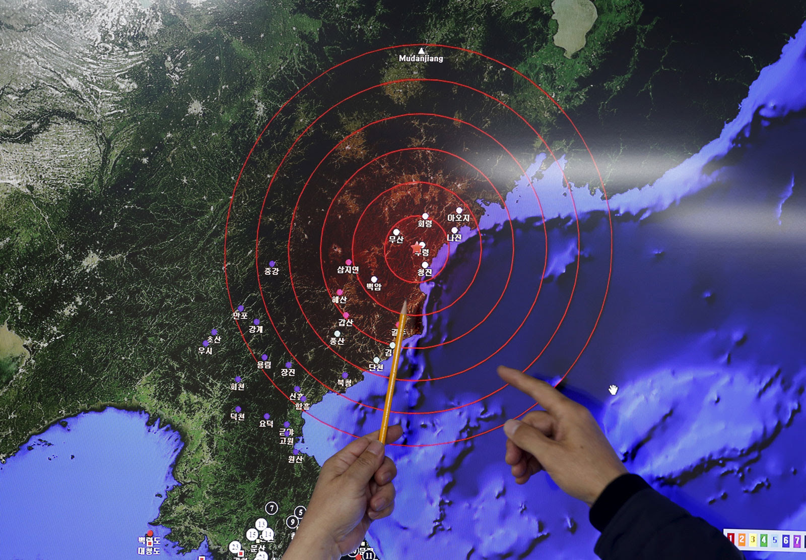 Administrators observe seismic waves from North Korea's nuclear test in a media briefing at the Korea Meteorological Administration in Seoul, South Korea, January 6, 2016