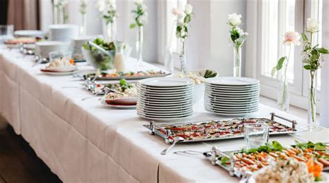 Invitados se llevan la comida de la boda en contenedores