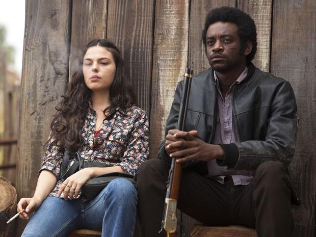 Atores Isis Valverde e Fabrício Boliveira em cena do filme 'Faroeste caboclo' (Foto: Divulgação)