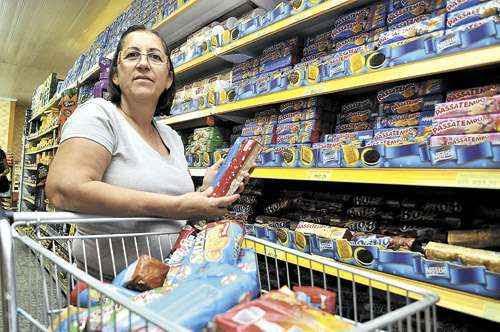 Aposentada, Sandra Carvalho diz que o biscoito preferido da família, o Passatempo, está mais leve. A Nestlé, dona do produto, confirma: antes eram 200 gramas, agora são 140 gramas (Antonio Cunha/Esp. CB/D.A Press - 19/6/12)