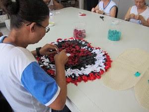 Aluna com deficiência visual prepara um tapete (Foto: Anna Gabriela Ribeiro/G1)