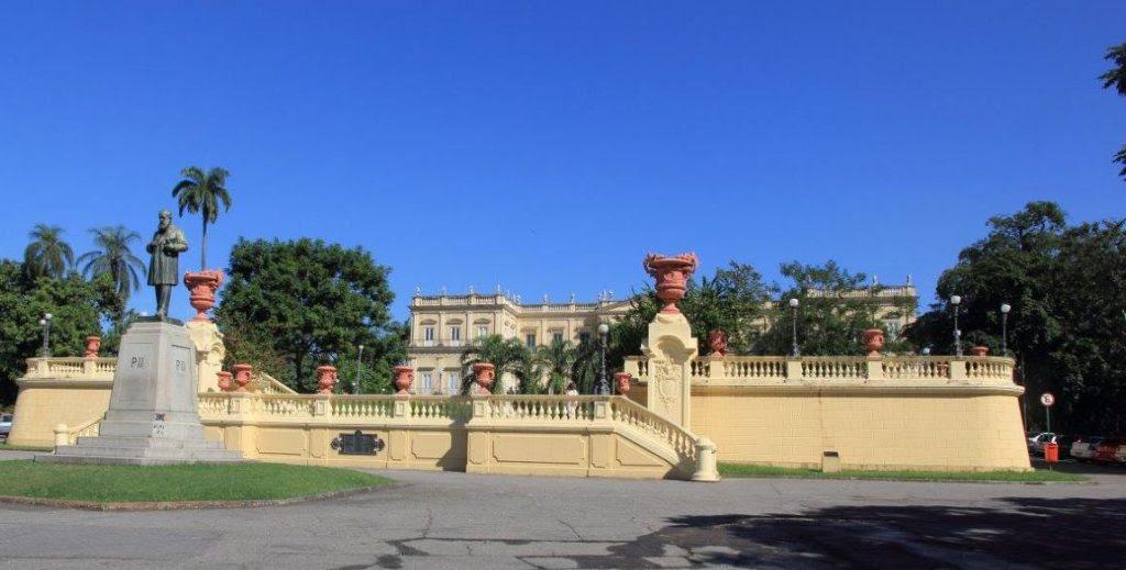 Monumento em homenagem ao Imperador D. Pedro II, em frente ao palácio