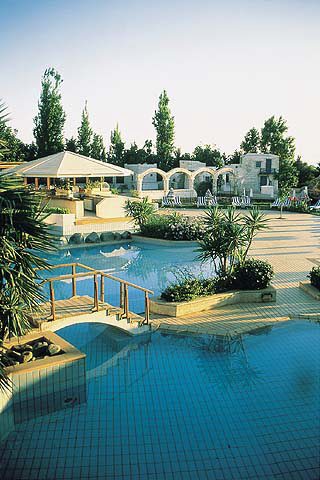 http://www.cyprus-hotels.com/images/golden_coast_hotel_swimming_pool.jpg