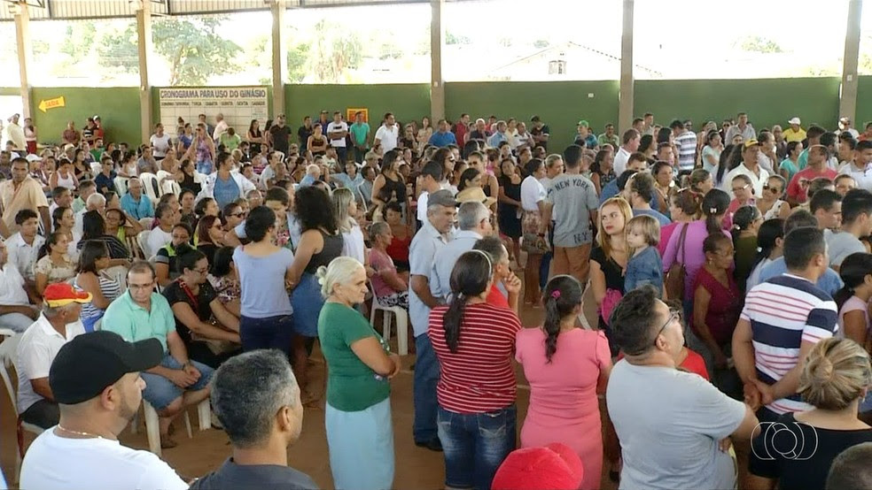 Moradores de Aparecida do Rio Negro se despedem das vítimas de acidente  (Foto: Reprodução/TV Anhanguera)