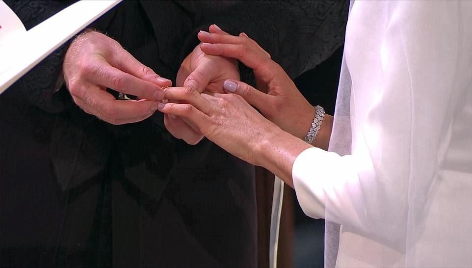 Harry y Meghan intercambiaron votos y luego los anillos cuando la pareja se casó después de un romance torbellino
