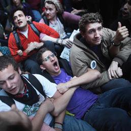 I manifestanti del movimento 'Wall Street Occupare' nelle strade del quartiere finanziario (Afp)