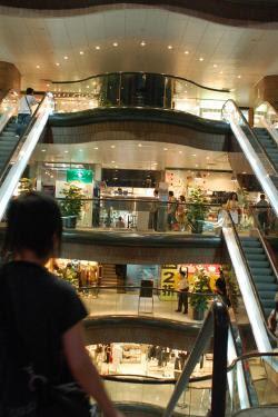 ritrovo giovani centri commerciali