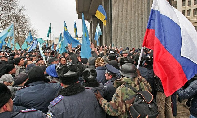 Pro-Russian activists have clashed with demonstrators backing Ukraine's new government in Crimea