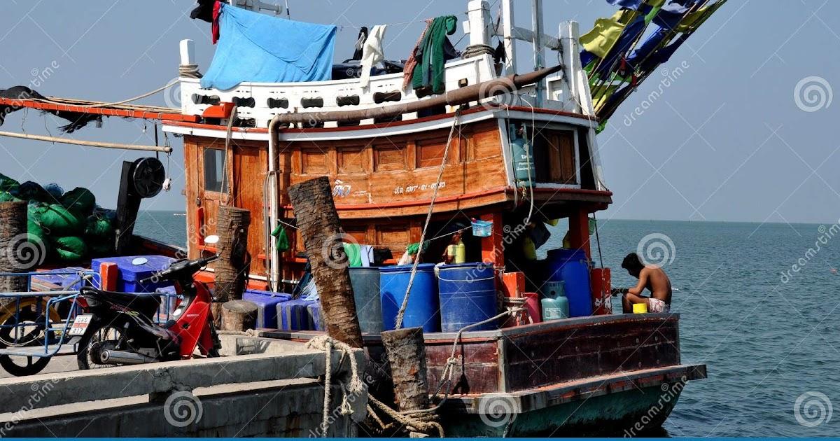 Bang Saen, Thailand: Fishing Boat Moored by Beach — Stock