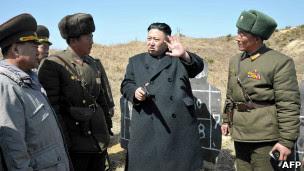 Kim Jong-un y militares
