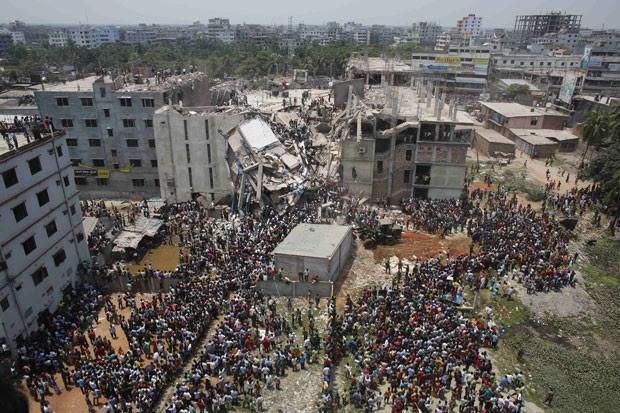 prédio de oito andares que abrigava fábricas e um shopping center desabou nesta quarta-feira na periferia da capital de Bangladesh  (Foto: Andrew Biraj/Reuters)