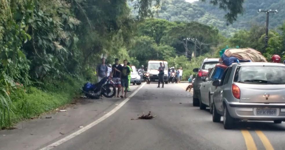 Motociclista fazia ultrapassagem no momento do acidente (Foto: Miguel Matuki/Vanguarda Repórter)