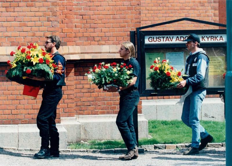 Bandidos-relaterede på vej med bårebuketter til Jan Krogh Jensens begravelse i Helsingborg i sommeren 1996. Foto: Jan Unger