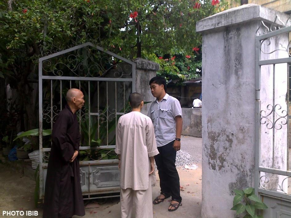 Hòa thượng Thích Thanh Quang phải ra đóng cổng chùa để ngăn cản công an, dận phòng đột nhập bất hợp pháp vào chùa bắt Phật tử đến lễ Phật, Hình PTTPGQT
