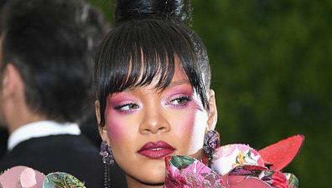 Pamer Bibir Seksi, Tutorial Rihanna Pakai Lipstik Merah Jadi Viral