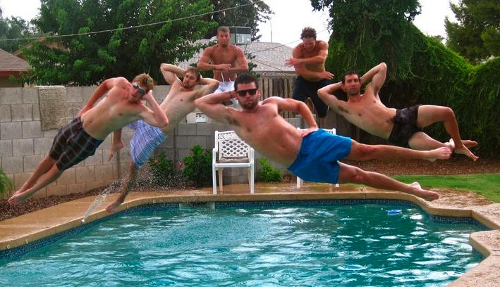 rapazes pulando na piscina