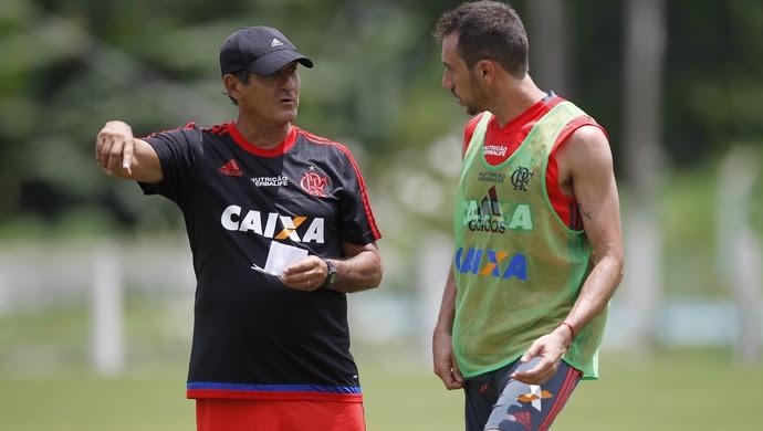 Muricy com Mancuello (Foto: Gilvan de Souza / Flamengo.com.br)