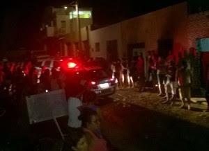 Casa pegou fogo em Monteiro na noite da terça-feira (5) (Foto: Cariri Ligado)