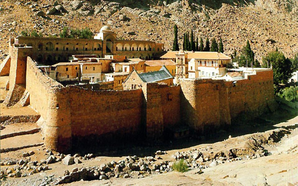 Bεδουίνοι, συνυπάρχουν με τους μοναχούς της Αγίας Αικατερίνης, «εν ειρήνη και ομονοία», από την εποχή του αυτοκράτορα Ιουστινιανού, οπότε και χτίστηκε η μονή και όταν χρειάστηκε, όπως τις ημέρες της εξέγερσης στην Αίγυπτο, πήραν τα όπλα για να την υπερασπιστούν από φανατικούς ισλαμιστές.