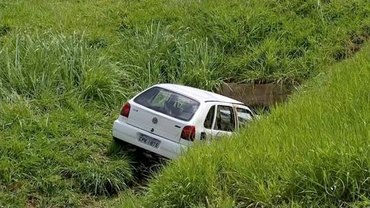 Motorista cai com carro em canaleta de água em rodovia de Rio Preto
