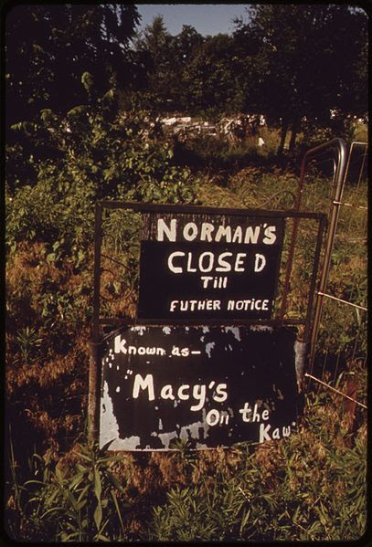 File:THE OWNER OF THIS HUGE JUNK SHOP ON THE KANSAS RIVER IN BONNER SPRING DIED IN 1971. NOW THERE IS ONLY THE RIVER AND... - NARA - 552092.jpg