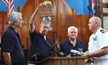 Manuel Alzugaray en el homenaje que le rinde el administrador ejecutivo de la Base Militar de EE.UU. Collin Caswell.