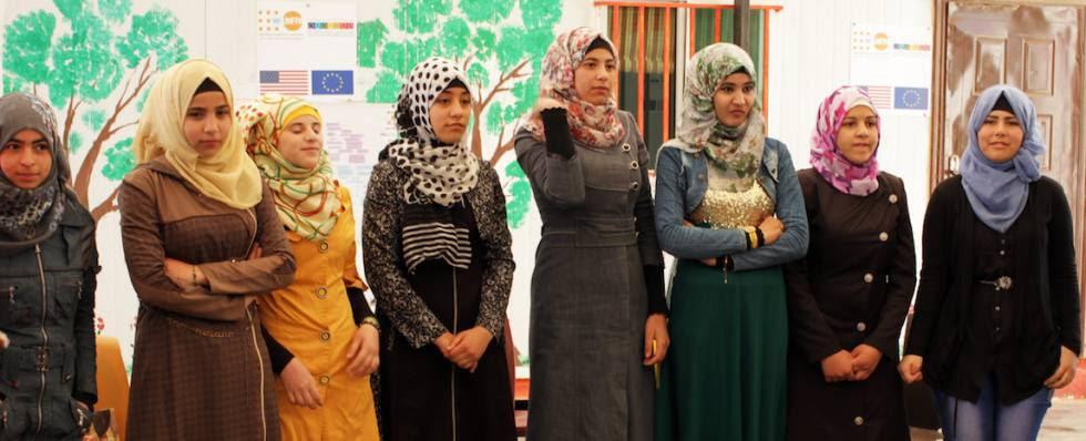 Un grupo de jóvenes asiste a una sesión informativa sobre los riesgos de los matrimonios y los embarazos precoces, en el campo de refugiados de Zaatari (Jordania).