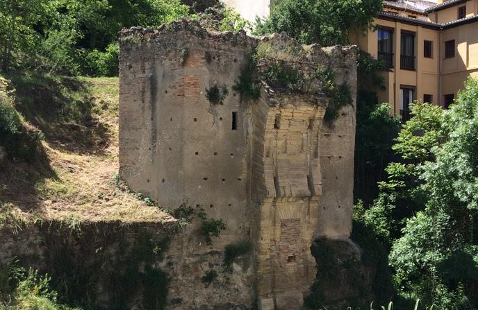 Restos de la Puerta de los Tableros, en la margen del río Darro