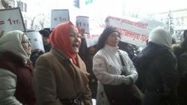 Акция протеста проблемных заемщиков ипотечных кредитов у здания коммерческого банка в Алматы. 12 января 2016 года.