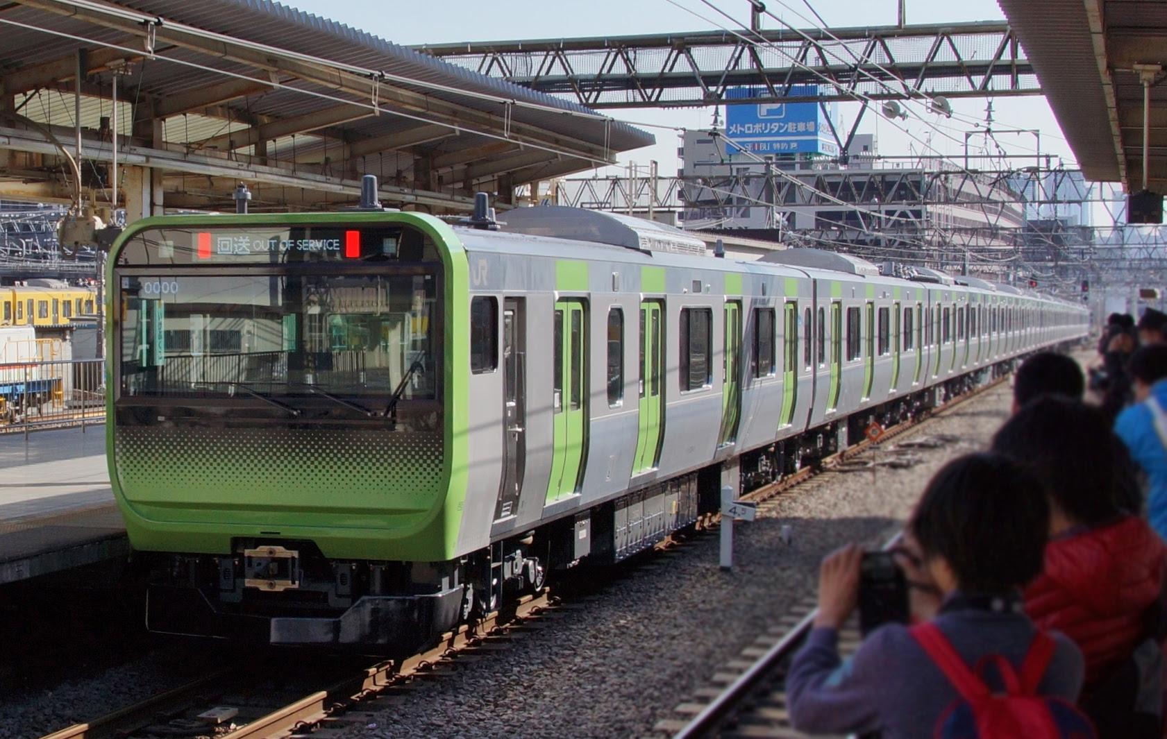 Yamanote Line E235 Ikebukuro 20150326.JPG