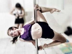 Jornalista se apaixonou pelo pole dance e faz questão de fazer atividade pelo menos duas vezes na semana (Foto: Arquivo Pessoal)